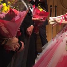 両親に花束とウェイト米贈呈