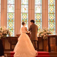 赤の絨毯にウェディングドレスが映えます