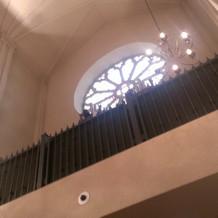 上でオルガンの生演奏してます