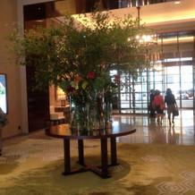 エントランス シャンデリアとお花が素敵