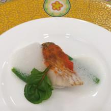魚料理の泡状のソースが面白い