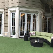 ガーデンと披露宴会場の外観