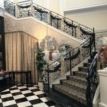 1階披露宴会場と2階チャペルを繋ぐ階段