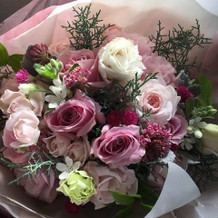 新郎からサプライズの花束