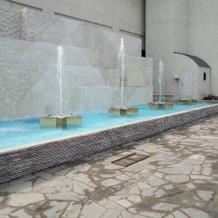 式場入口付近の噴水