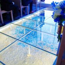 床はガラスでその下はとても綺麗です