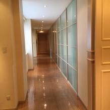 広い挙式スペースに続く廊下