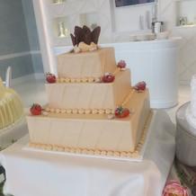 3段スクエア型のウエディングケーキ