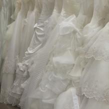 衣装室のウエディングドレス