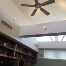 天井を空けると光が差し込み開放感