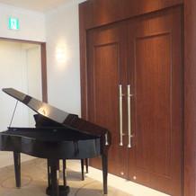 披露宴会場前にピアノがあります