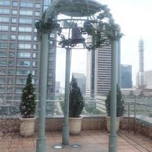 屋上でウエディングベルと鳴らす演出