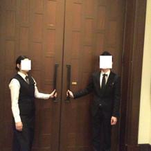 披露宴会場の扉、かなり大きめです