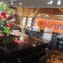 披露宴会場内のピアノ