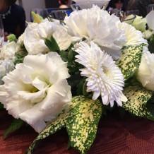 丸テーブルの真ん中の花