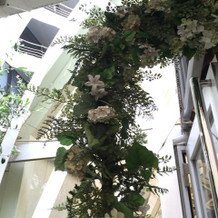 チャペルの入り口を囲うお花のアーチ