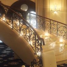 披露宴では 階段を下って入場