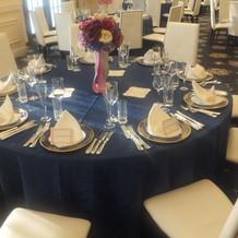 紺色でまとまったテーブルコーディネート