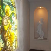 チャペルのステンドグラス 装飾