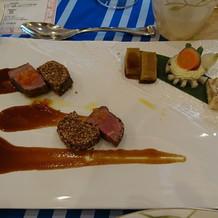 一口サイズのレアな肉は美味しかった。