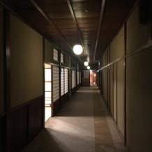 廊下がレトロですてきです