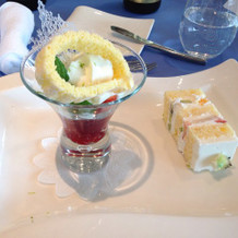デザート(右:ウエディングケーキ)