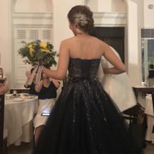 キラキラ輝くネイビードレス