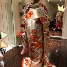 試着 梅の花が刺繍された豪華な色打掛