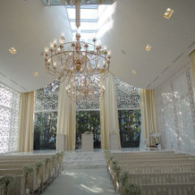 白が基調の明るい教会