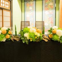 メインテーブル装花。流木つきです