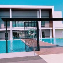 白い外観と建物の前にあるプールが印象的。
