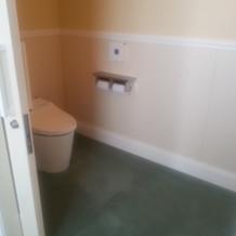 控え室の中にはトイレ完備。