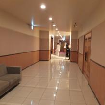 チャペル入り口までの廊下スペース
