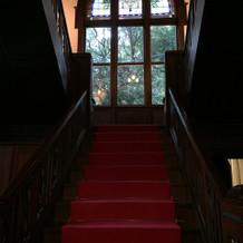ステンドグラスと赤絨毯!これに惚れました