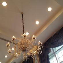 シャンデリア。 高い天井で明るいです。