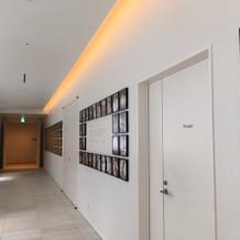 ゲストの待合エリアの廊下。