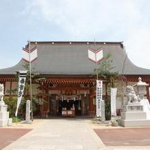 すぐ近くの邇保姫神社で挙式できます。