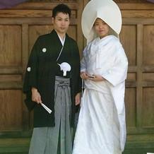 新郎は紋付袴、新婦は白無垢と綿帽子