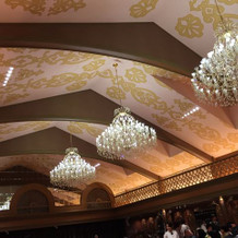 天井には大きなシャンデリアが3つ