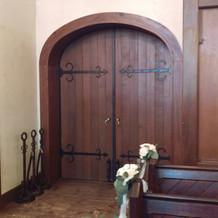 入退場時の扉