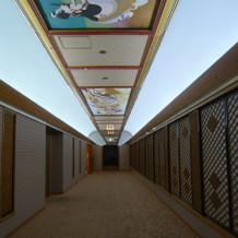 この廊下で花嫁行列ができます。