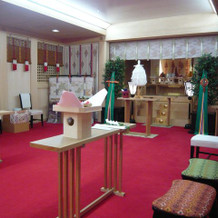 神前式会場は狭い。