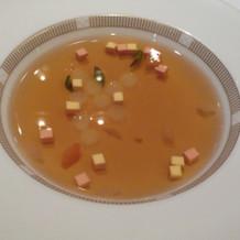 Aコースのコンソメスープ