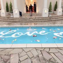 プールに文字や花を飾れる
