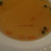 食器にホテル名が記されています。