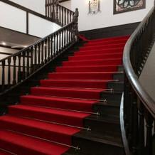 入口すぐの階段。