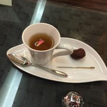 初めのお部屋で頂いたお茶と小さな焼菓子。