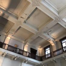 一階は天井が高いです。