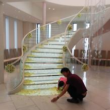 黄色い花びらの螺旋階段