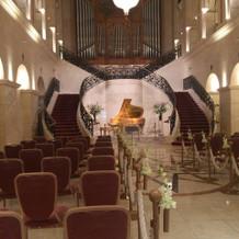 エントランスの黄金ピアノ